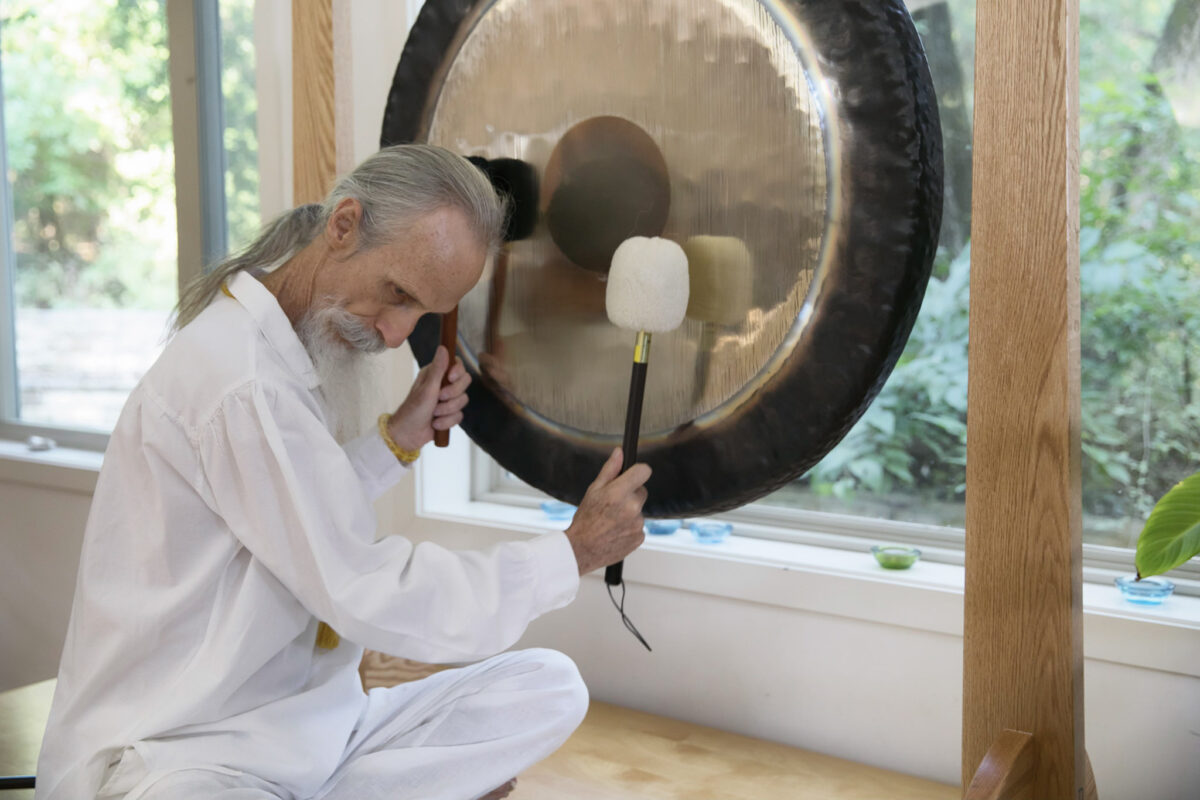 How to Play the Gong - Mehtab & Laura Benton